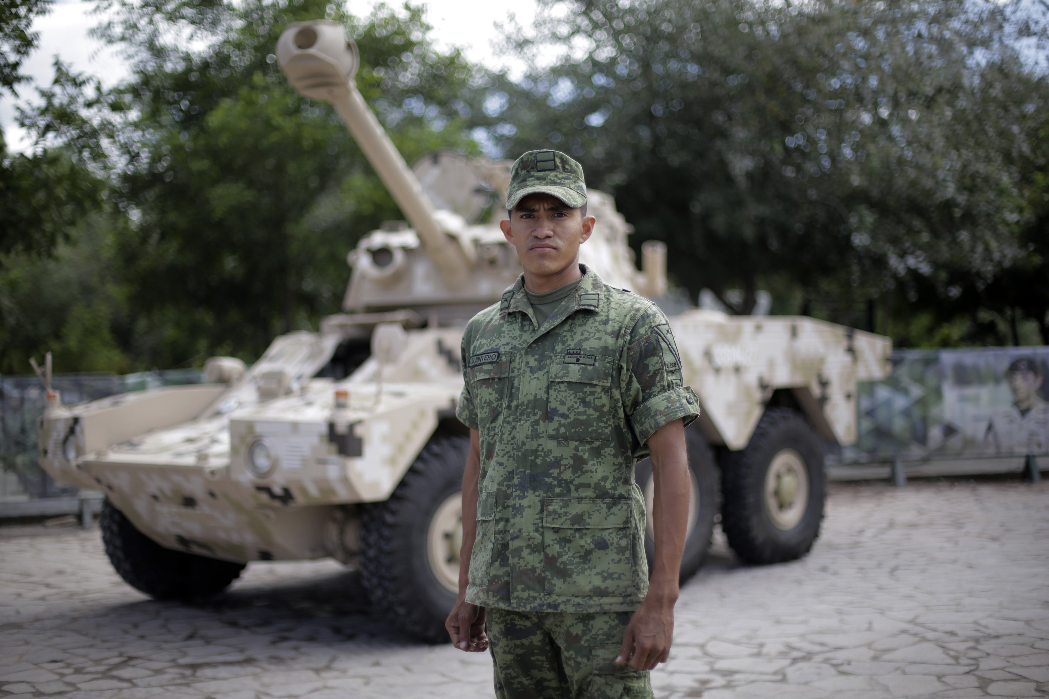 Soldado frente a un tanque militar en la exposición La Gran Fuerza de México